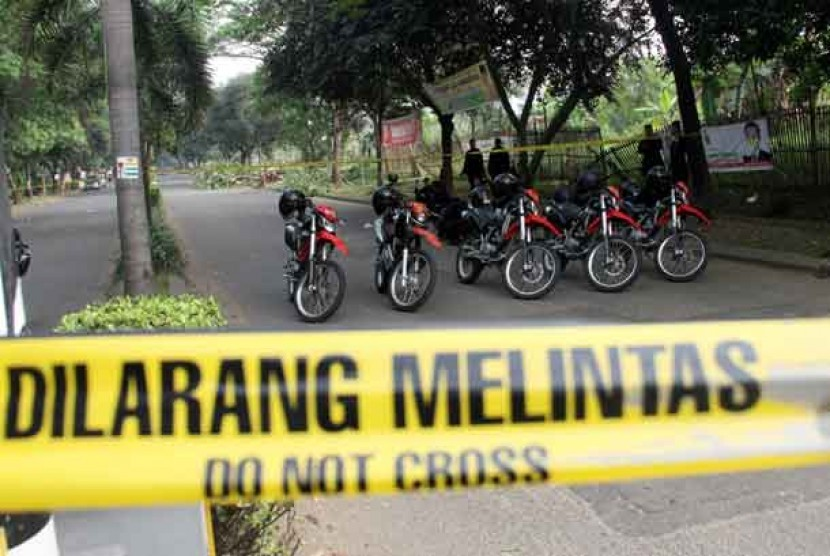 Polisi berjaga di lokasi penembakan dua anggota Polri di Jalan Graha Raya, Tangerang, Banten, Sabtu (17/8).