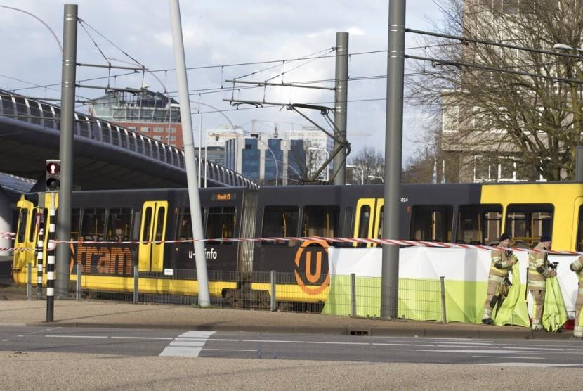 Polisi berjaga di sekitar trem yang menjadi lokasi penembakan di Utrecht, Belanda, Senin (18/3).