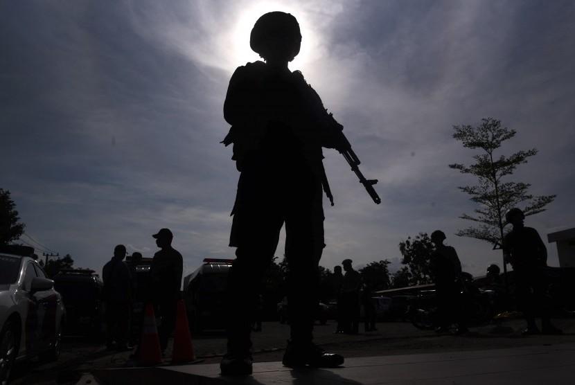 Polisi berjaga saat pemindahan jenazah terduga pelaku teror dari ruang pendingin ke ambulans di RS Bhayangkara, Surabaya, Jawa Timur, Jumat (18/5). Sebanyak tiga jenazah terduga teroris pada ledakan bom di rusunawa Wonocolo Sidoarjo tersebut dipindahkan dan rencananya akan dimakamkan di sebuah pemakaman di Sidoarjo.