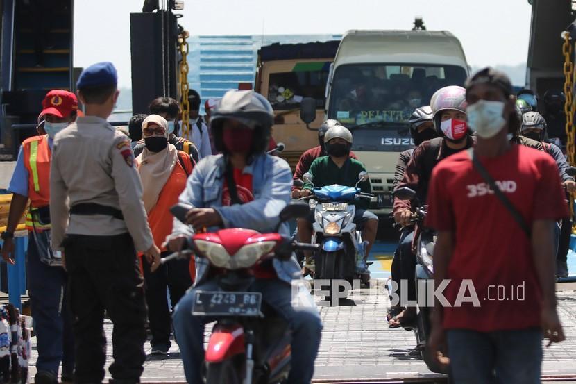 Polisi berjaga saat penyekatan di Dermaga Penyeberangan Ujung (Surabaya)-Kamal (Madura), Surabaya, Jawa Timur, Jumat (11/6/2021). Penyekatan dengan dilakukan tes Antigen bagi penumpang kapal dari Pulau Madura itu untuk menelusuri penyebaran COVID-19, menyusul meningkatnya kasus COVID-19 di Bangkalan, Madura.