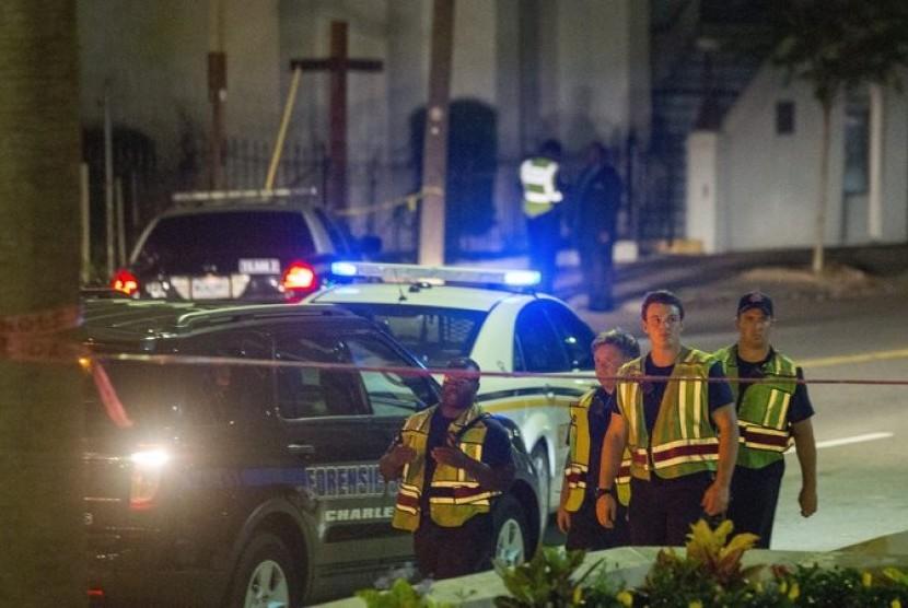 Polisi berkumpul di luar lokasi penembakan, gereja Emanuel A.M.E di Charleston, Carolina Selatan, Rabu (17/6).