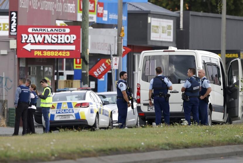 Polisi berkumpul di luar sebuah masjid di Linwood, Christchurch, Selandia Baru, Jumat (15/3).