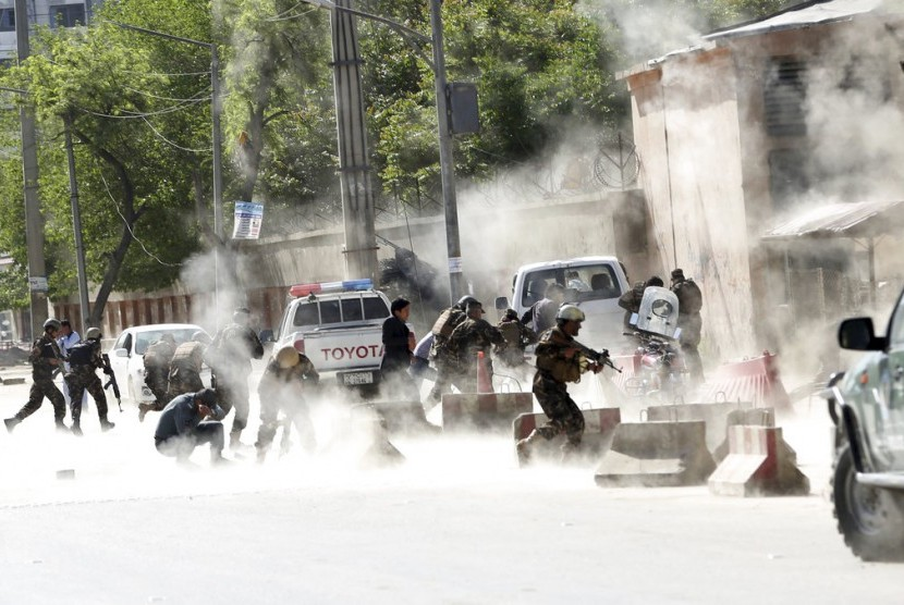 Polisi berlarian di lokasi ledakan kedua di Kabul, Afghanistan, Senin (30/4)