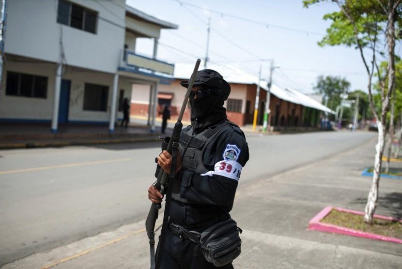 Polisi bersenjata Nikaragua berjaga di wilayah Masaya, Nikaragua, Jumat (13/7). Setidaknya hampir 300 orang meninggal sejak 19 April saat munculnya aksi demonstrasi yang meminta pengunduran diri Presiden Daniel Ortega.