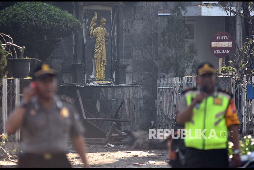 Polisi bersiaga di sekitar lokasi ledakan di Gereja Katolik Santa Maria Tak Bercela, Ngagel Madya, Surabaya, Jawa Timur, Minggu (13/5).