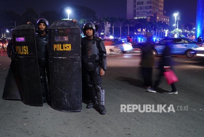 Polisi bertameng berjaga di sekitar Bundaran HI melokalisir konsentrasi massa pasca unjuk rasa di Gedung Bawaslu RI, Jakarta, Selasa (21/5).