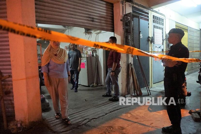 Polisi Diraja Malaysia (PDRM) Kajang bersama Relawan Prabowo - Sandi (PADI) Malaysia berjaga di lokasi penemuan surat suara Pemilu 2019 yang diduga sudah dicoblos di sebuah rumah toko Jalan Seksyen 2/11 Kajang Selangor, Kamis (11/4/2019).