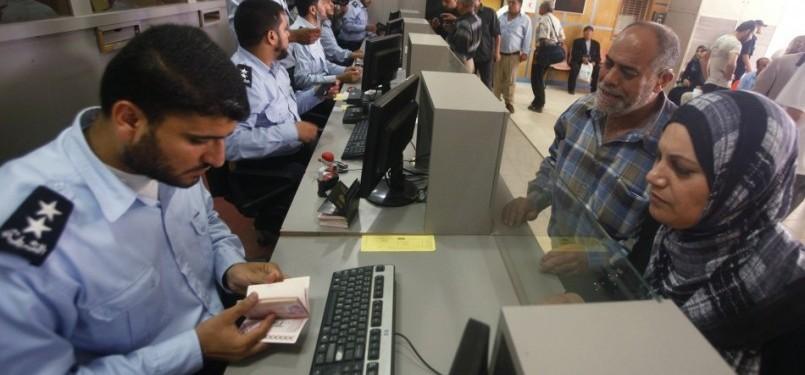 Polisi Hamas sedang memeriksa paspor. Ilustrasi.
