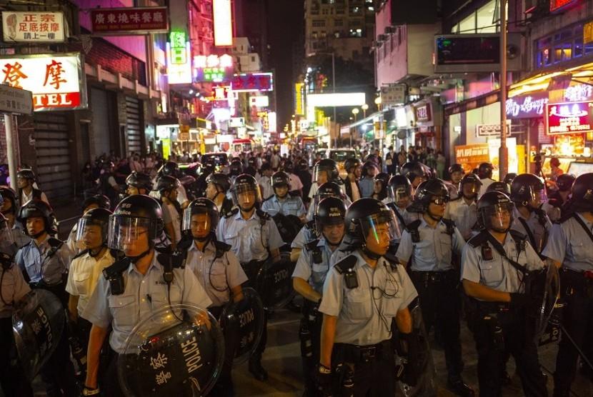 Polisi Hong Kong berjaga mengamankan demonstrasi besar-besaran di Hong Kong, Ahad (7/7).