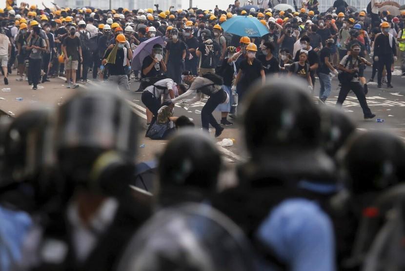 Polisi Hong Kong menembakkan gas air mata dan peluru karet ke arah demonstran di luar gedung parlemen, Rabu (12/6). Massa menentang kebijakan ekstradisi ke Cina.
