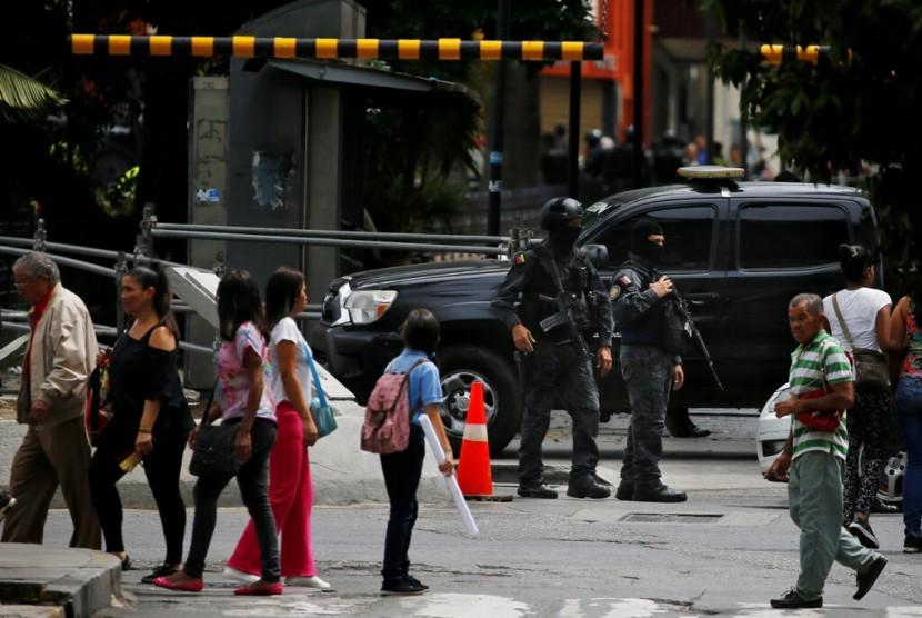 Polisi intelijen berjaga di pintu masuk kongres yang dikuasai oposisi di Caracas, Venezuela, Selasa (14/5).