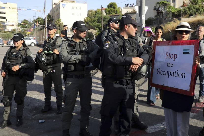 Polisi Israel Serang Keluarga di Lingkungan Sheikh Jarrah. Polisi Israel berjaga-jaga pada demonstrasi oleh aktivis Israel untuk mendukung warga Palestina di lingkungan Sheikh Jarrah di Yerusalem timur, di mana puluhan keluarga menghadapi penggusuran paksa dari rumah mereka oleh pemukim Israel, Jumat, 28 Mei 2021.