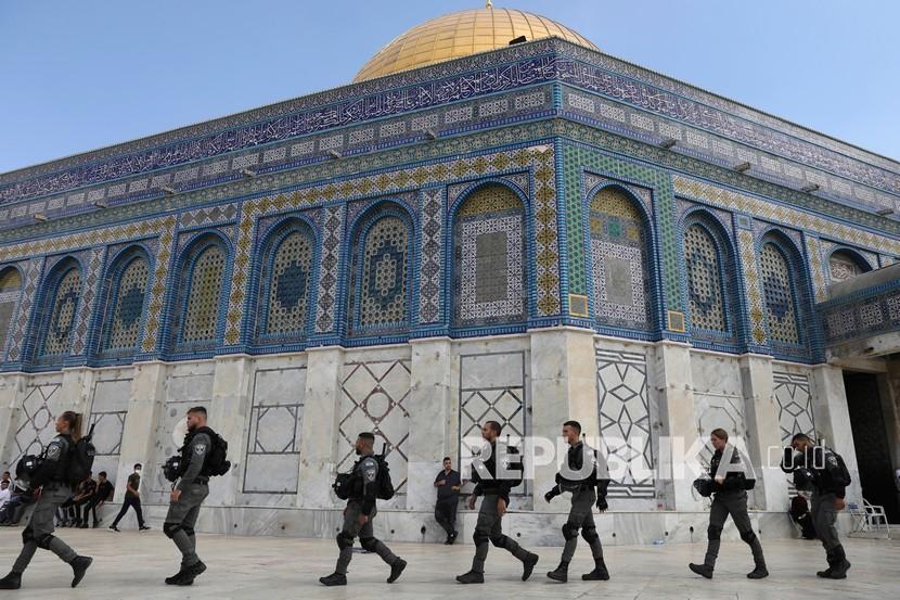 Polisi Israel melakukan manuver melalui kompleks Masjid Al Aqsa