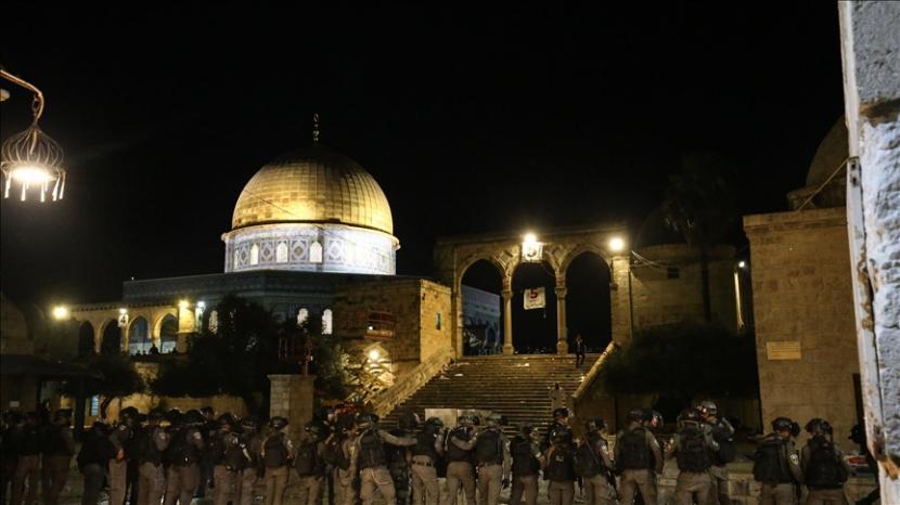 Polisi Israel menerobos jamaah Muslim dengan granat setrum dan peluru plastik di area Haram al-Sharif Masjid Al-Aqsa pada hari Jumat, pada 7 Mei 2021 di Yerusalem Timur.