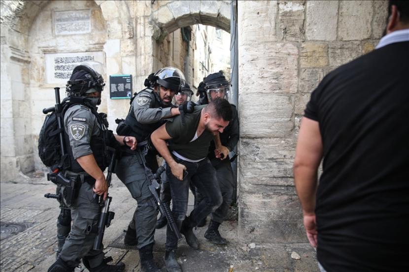 Polisi Israel menyerang warga Palestina dengan gas air mata de dengan peluru karet dan granat kejut di dekat Gerbang Singa Yerusalem Timur pada 10 Mei 2021.