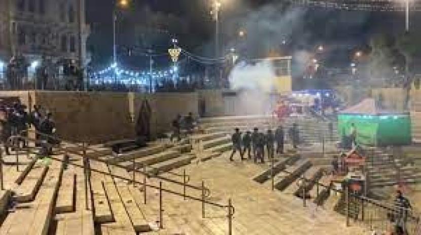 Polisi Israel menyerang warga Palestina yang berkumpul di Gerbang Damaskus di Yerusalem,