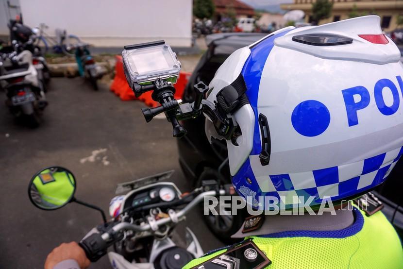 Polisi Lalu Lintas menggunakan helm yang dilengkapi kamera portabel pengawas tilang elektronik di Traffic Management Centre (TMC) Polres Pekalongan, Jawa Tengah.