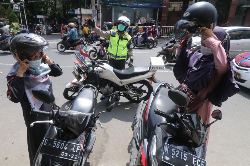 Polisi lalu lintas melakukan penertiban terhadap parkir liar