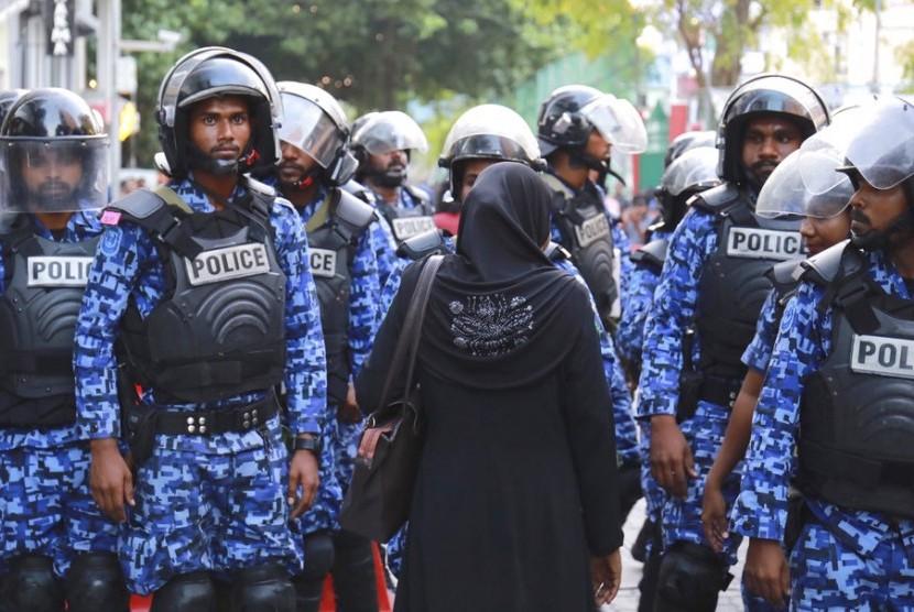 Polisi Maladewa berjaga saat unjuk rasa pendukung oposisi. Maladewa dalam status darurat.