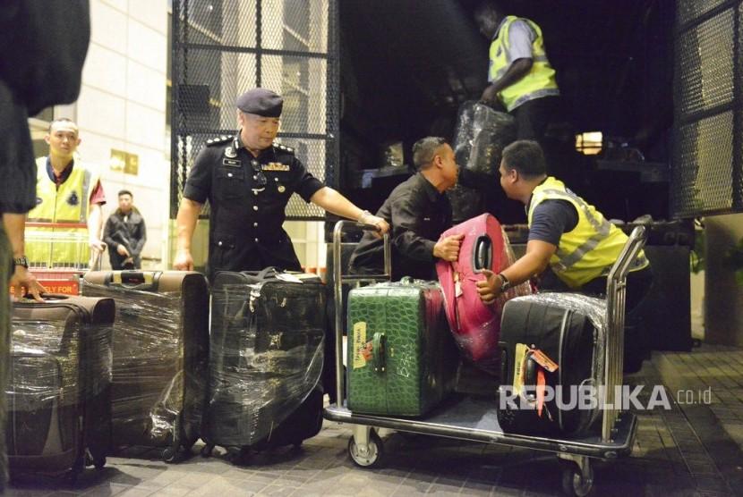 Polisi Malaysia menyita beberapa ratus tas dan lusinan koper berisi uang tunai, perhiasan dan barang berharga lainnya sebagai bagian dari investigasi korupsi dan pencucian uang mantan Perdana Menteri Najib Razak di Kuala Lumpur, Malaysia Jumat, (18/5).