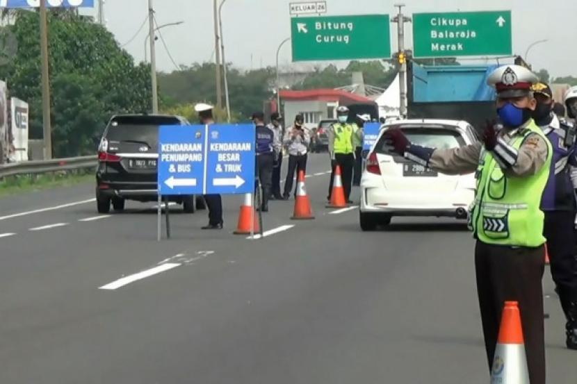 Polisi melakukan penyekatan di Gerbang Tol Bitung, Kabupaten Tangerang, Provinsi Banten, Kamis (6/5).