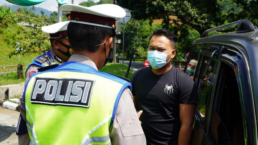 Polisi melakukan simulasi penyekatan pemudik di jalur Gentong, Kecamatan Kadipaten, Kabupaten Tasikmalaya, Jumat (30/4/2021).