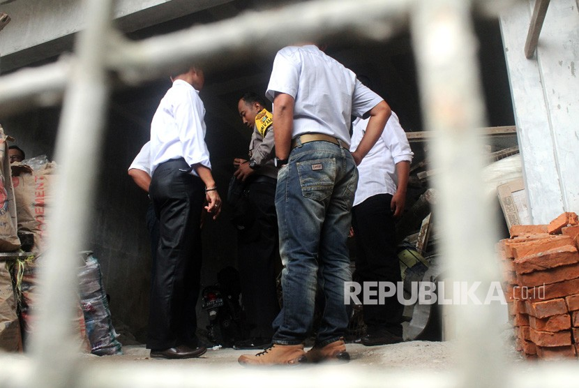 Police investigators search the house of KPK Chief Agus Rahardjo after a bag allegedly contained a pipe bomb was found hanging on the fence of Agus's house in Graha Indah Housing complex, Bekasi, West Java, Wednesday (Jan 9).