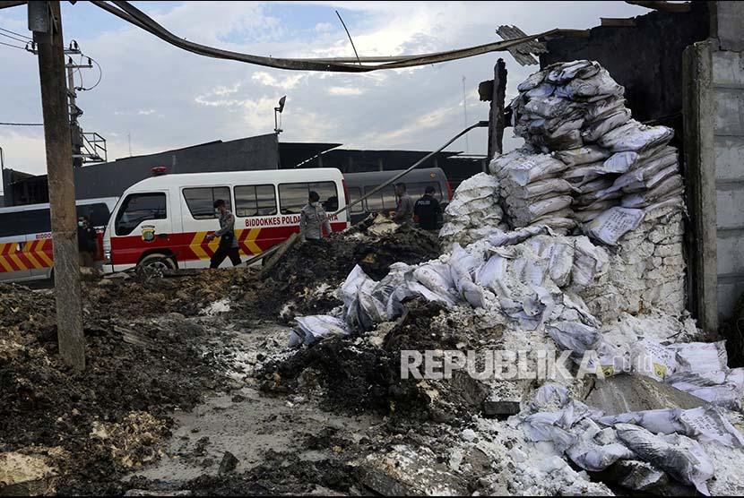 Polisi memeriksa lokasi kebakaran Gudang Kosambi, Tangerang