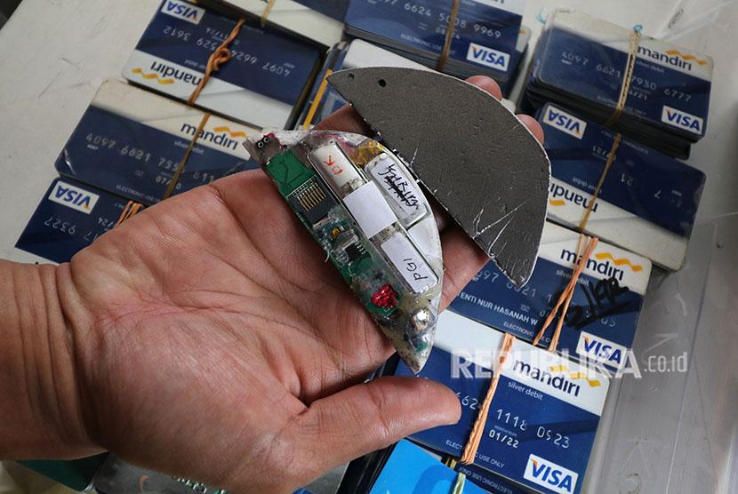 Polisi memperlihatkan 2 unit kamera pengintai yang dipasang di mesin ATM saat rilis kasus pembobolan ATM (skimming).