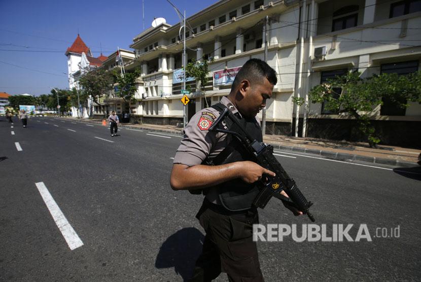 Polisi menutup jalan di depan Polrestabes Surabaya, setelah terjadi ledakan di pintu masuk Polrestabes Surabaya, Senin (14/5).