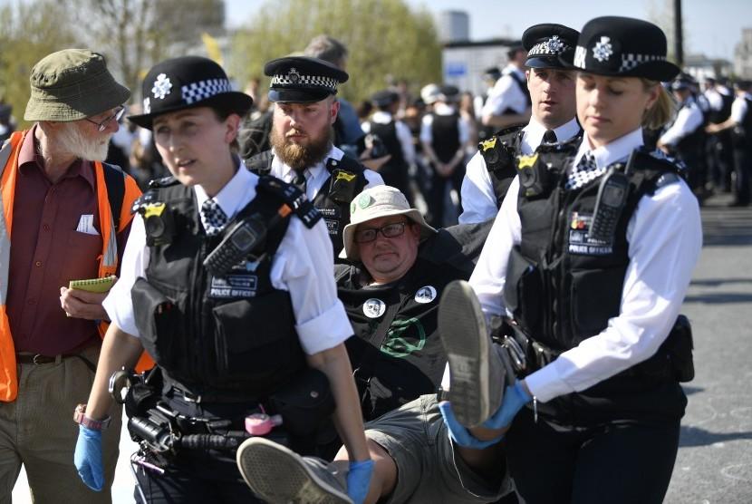 Polisi menangkap aktivis perubahan iklim karena aksi mereka menggangu aktivitas perjalanan ke pusat Kota London, Inggris.