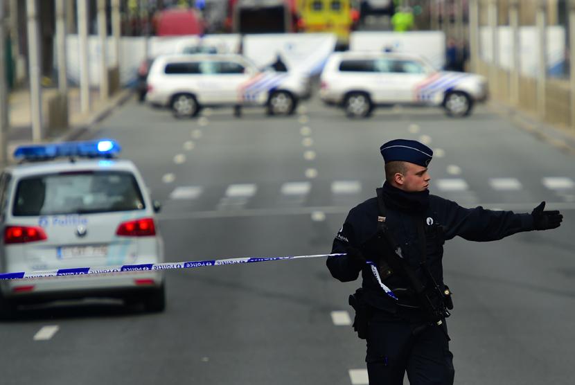 Polisi menetapkan perimeter keamanan di dekat stasiun metro Maelbeek, di Brussels, Belgia, Selasa (22/3).
