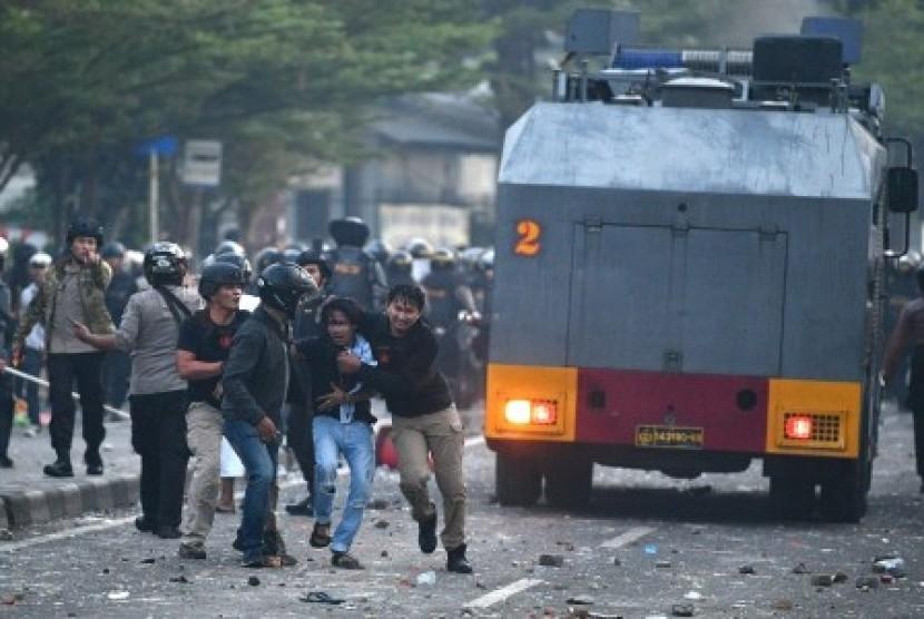 Polisi mengamankan pendemo yang rusuh di Jalan KS Tubun, Jakarta, Rabu (22/5/2019).