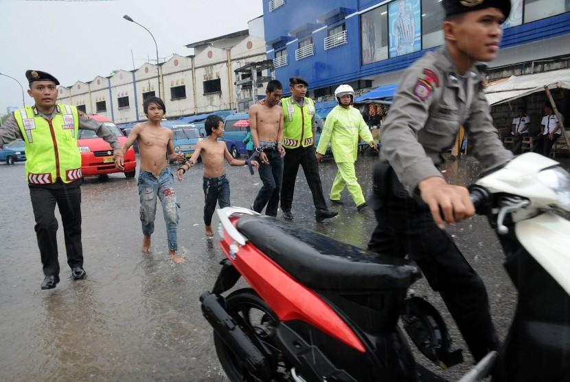Polisi mengamankan seorang preman dan anak jalanan berikut motor bodong saat digelar Razia Cipta Kondisi di Terminal Depok, Jawa Barat, Kamis (12/3).
