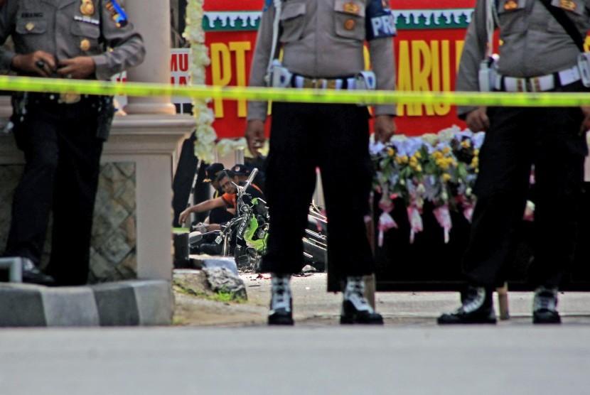 Polisi mengamankan Tempat Kejadian Perkara (TKP) saat petugas inafis melakukan identifikasi terhadap pelaku bom bunuh diri di Mapolresta solo, Jawa Tengah, Selasa (5/7).