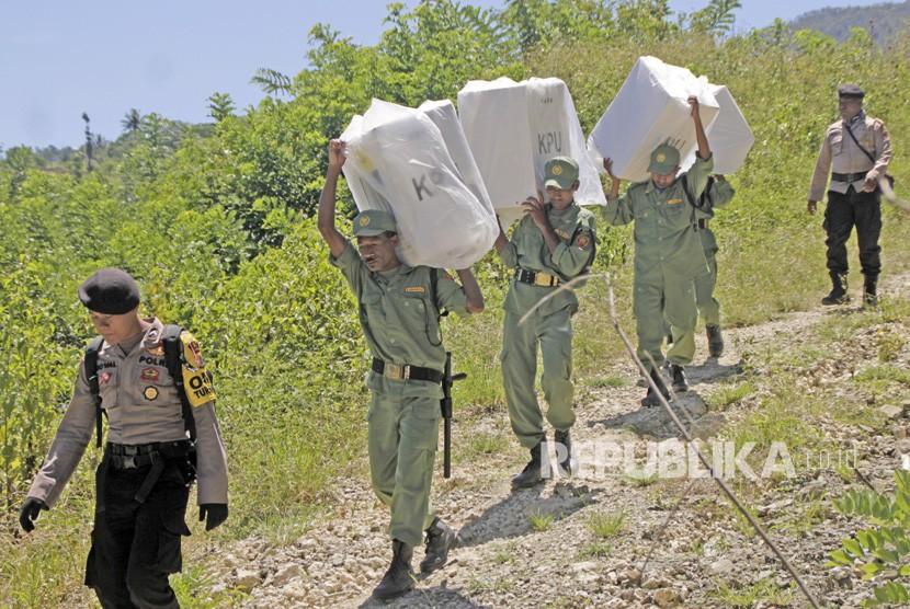 Polisi mengawal pendistribusian logistik Pemilu 2019 di daerah terpencil (Ilustrasi).