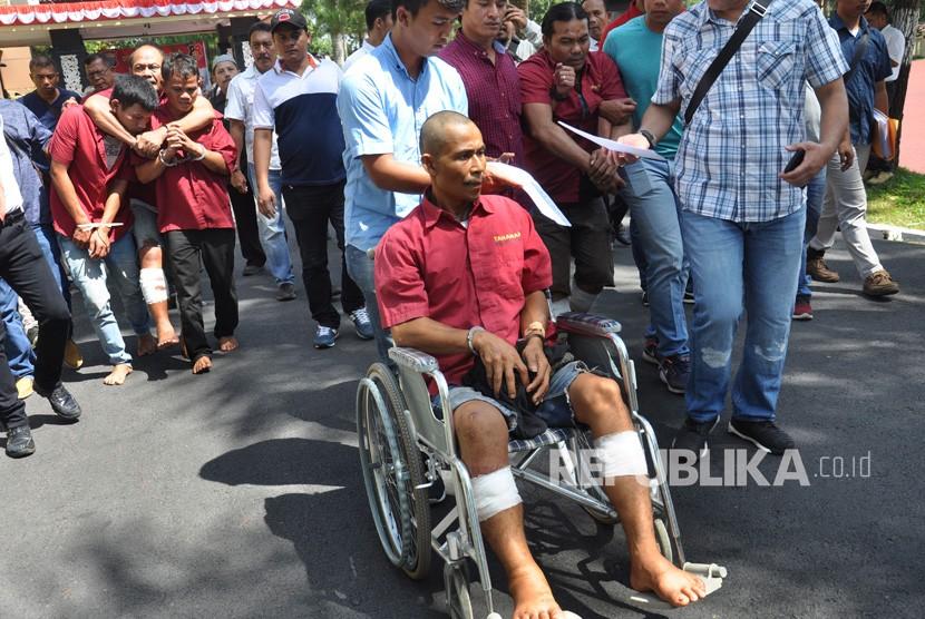 Polisi menggiring para tersangka percobaan pembunuhan berencana saat gelar kasus di Mapolda Sumut, Medan, Sumatera Utara, Senin (17/6/2019).