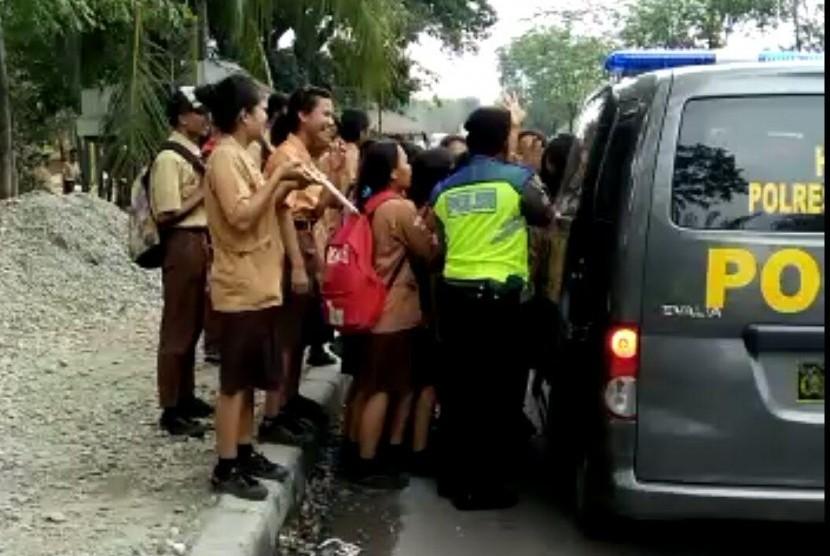 Polisi menggunakan sejumlah kendaraan operasional untuk mengangkut warga telantar akibat aksi mogok massal angkot di Medan, Rabu (13/12).