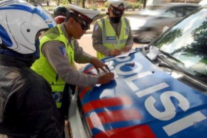 Polisi menindak seorang pengendara sepeda motor yang melanggar aturan lalu lintas dalam Operasi Patuh Jaya, di Jakarta (Ilustrasi).