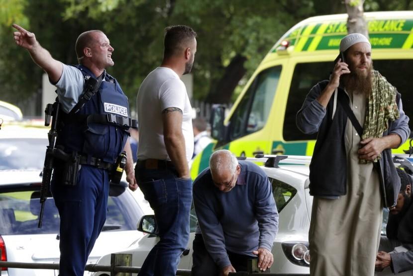 Polisi menjauhkan orang-orang dari luar masjid di Christchurch, Selandia Baru, Jumat (15/3). Penembakan terjadi di Masjid Al Noor saat jamaah sedang menunaikan shalat Jumat.