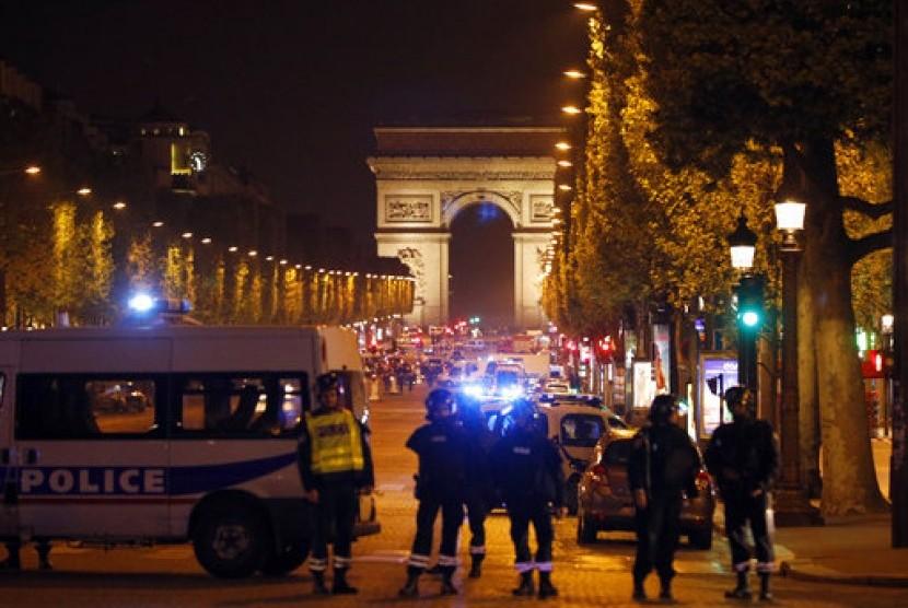 Polisi mensterilkan kawasan Champs Elysees setelah penembakan yang menewaskan seorang polisi dan terduga pelaku di Paris, Prancis, Kamis malam, 20 April 2017.