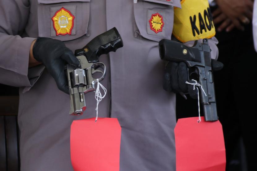 Polisi menunjukan barang bukti senjata api ilegal. (Ilustrasi)