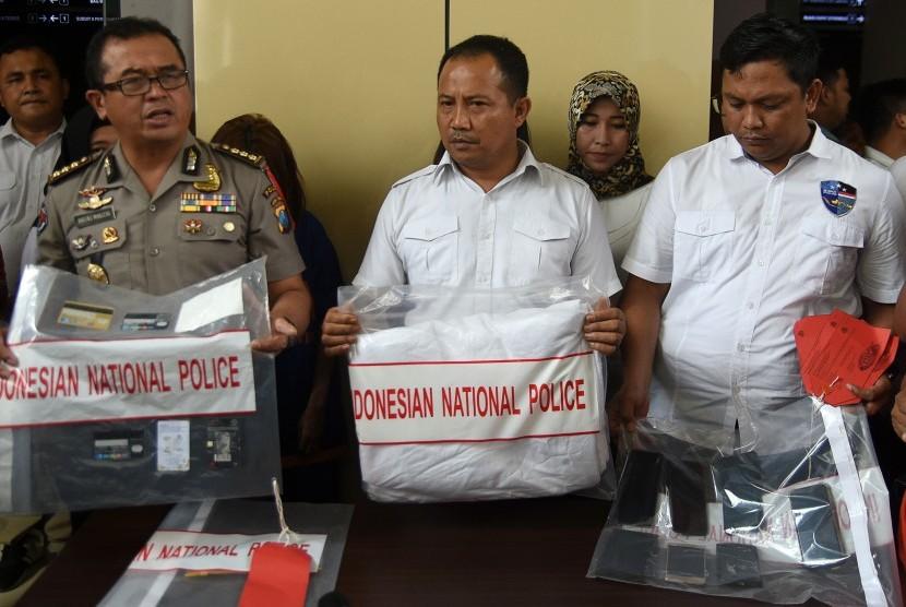 Polisi menunjukkan barang bukti prostitusi daring ketika ungkap kasus di Subdit V Siber Ditreskrimsus Polda Jawa Timur, Kamis (10/01).