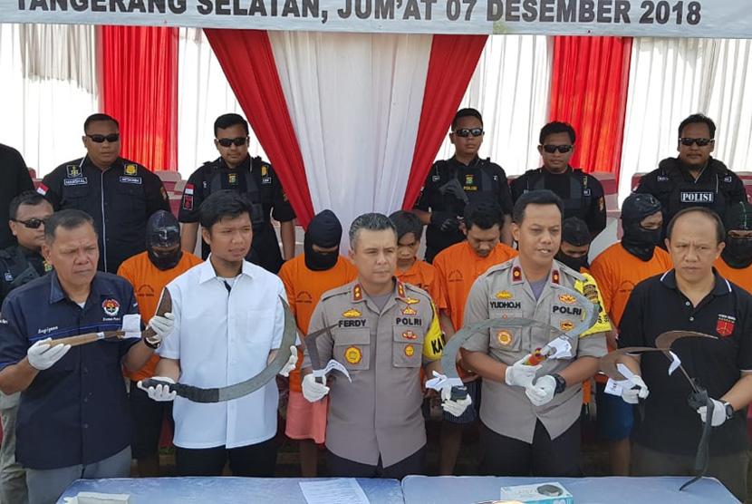 Polisi menunjukkan barang bukti tawuran di Polres Tangsel, Jumat (7/12).