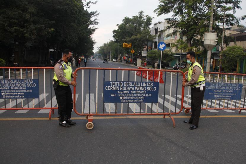 Polisi menutup akses Jalan Slamet Riyadi Solo, Jawa Tengah, Jumat (9/7/2021). Guna mencegah penyebaran virus Covid-19, penutupan jalan tersebut dilakukan sebagai upaya penegakan aturan PPKM Darurat untuk mengurangi mobilitas warga