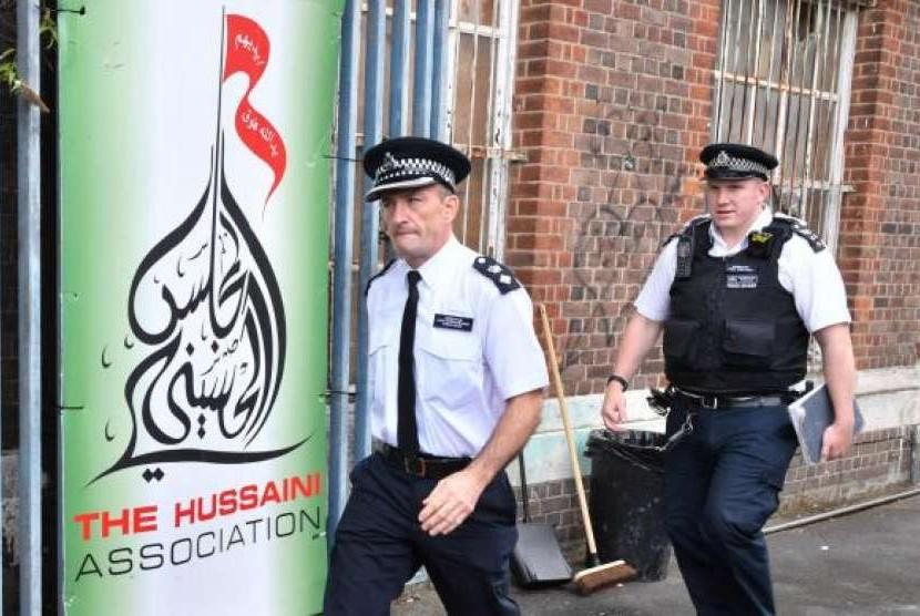 Polisi menyelidiki insiden mobil tabrak pejalan kaki di luar Masjid Al-Majlis Al-Hussaini Islamic Centre di Oxgate Lane, Cricklewood, barat laut London, Inggris.