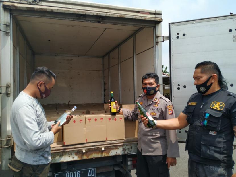 Polisi menyita puluhan dus atau ratusan botol miras yang dibawa mobil boks di wilayah Kota Tasikmalaya