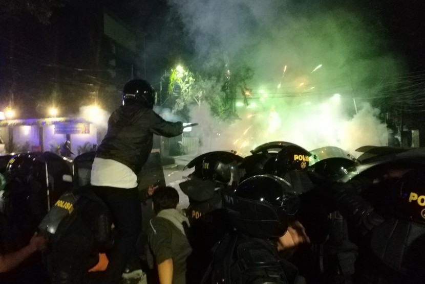 Polisi merapatkan barisan dalam aksi saling serang dengan pendemo di sekitar kantor Bawaslu, Rabu (22/5) dini hari.