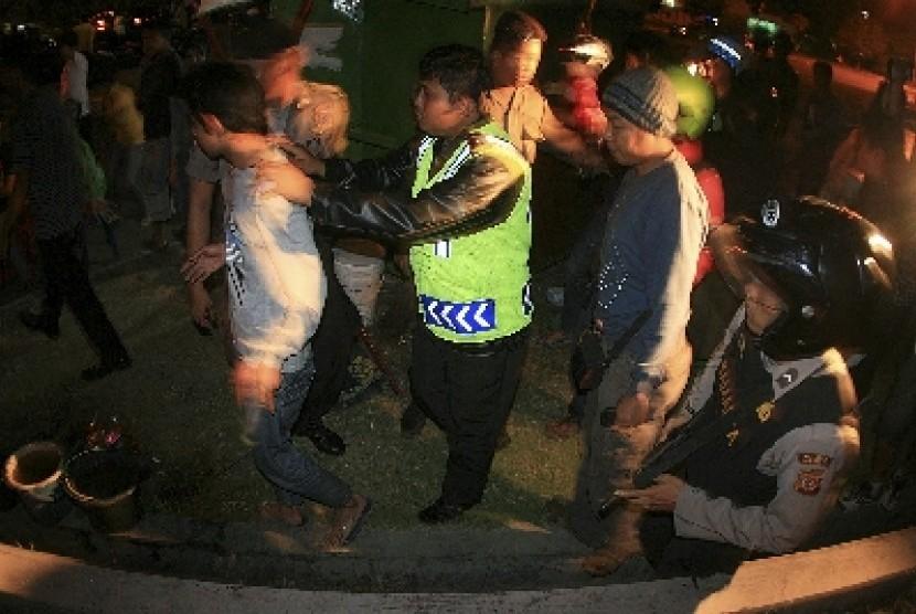 Polisi merazia anggota geng motor (ilustrasi).