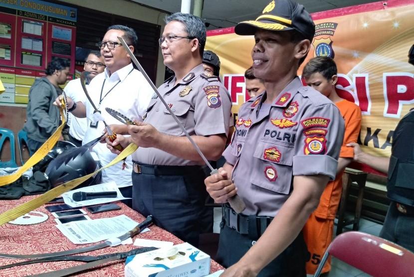 Polisi merilis dua pelaku penganiayaan yang terjadi di Jalan Urip Sumoharjo, Yogyakarta di Polsek Gondokusuman.